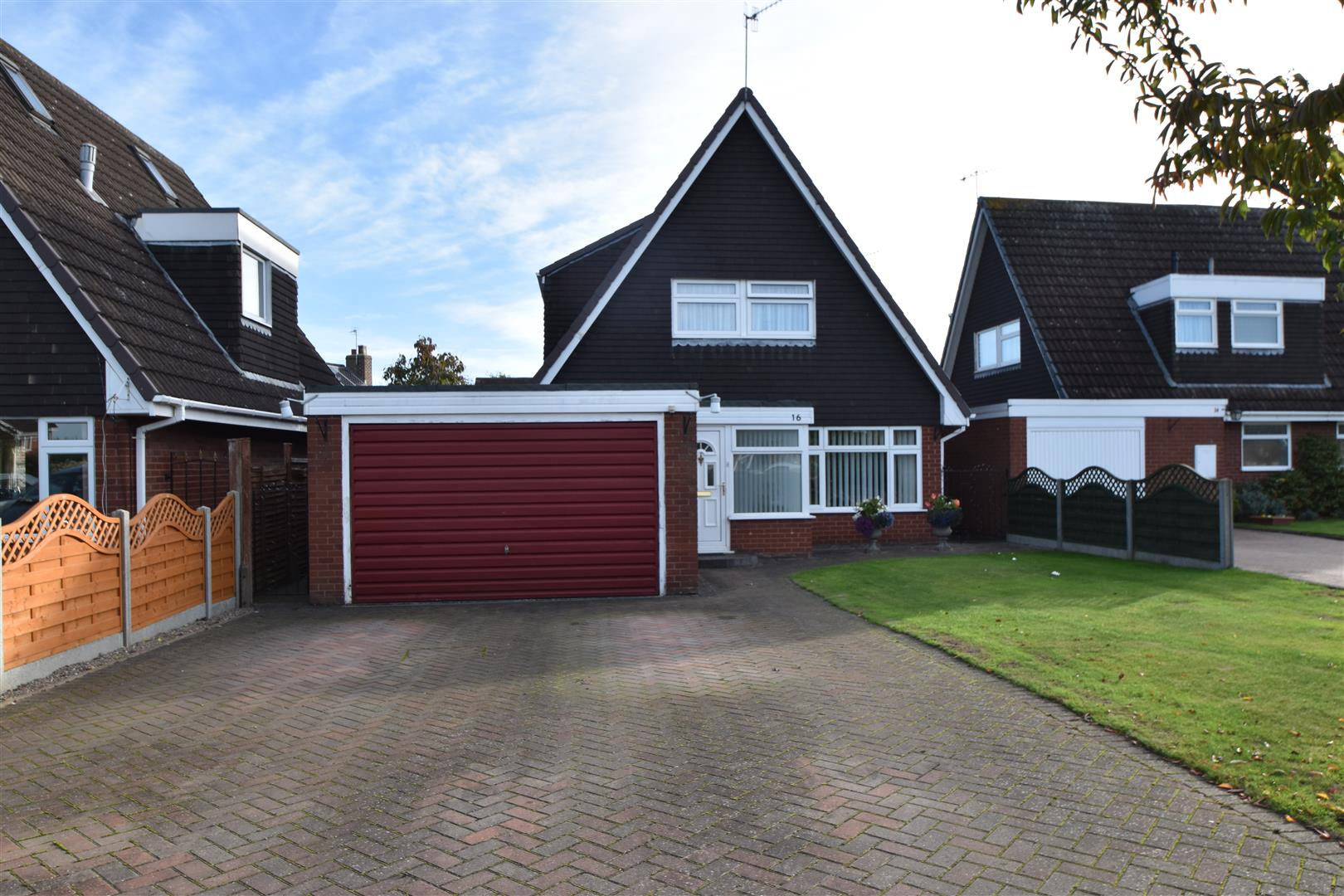 3 Bedrooms Detached House for sale in Post Office Lane, Fernhill Heath